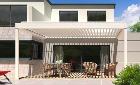 Pergola bioclimatique h3 titan pose mur/sol blanche avec lames orientables perpendiculaires à la façade