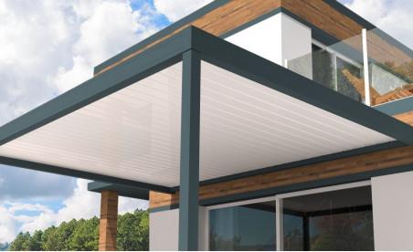 Pergola bioclimatique Stores Online pose mur/sol grise avec lames orientables perpendiculaires blanches