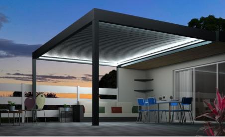 Pergola bioclimatique h3 titan pose mur/sol grise avec lames orientables perpendiculaires à la façade et éclairage led