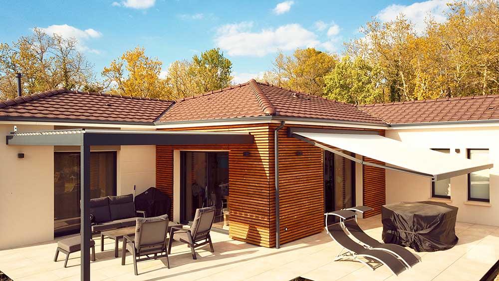 Pergola aluminium bioclimatique sur façade en bois